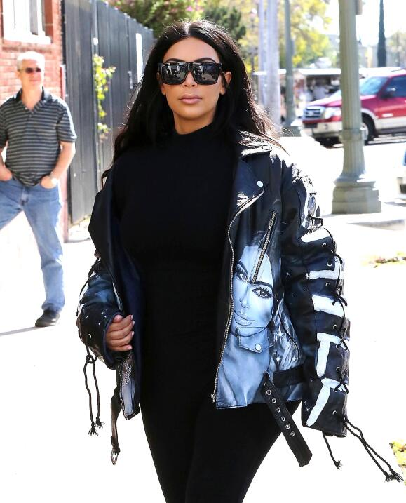 La famosa demuestra su gran ego con este outfit.
