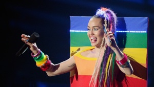 Miley fue una controvertida maestra de ceremonias.