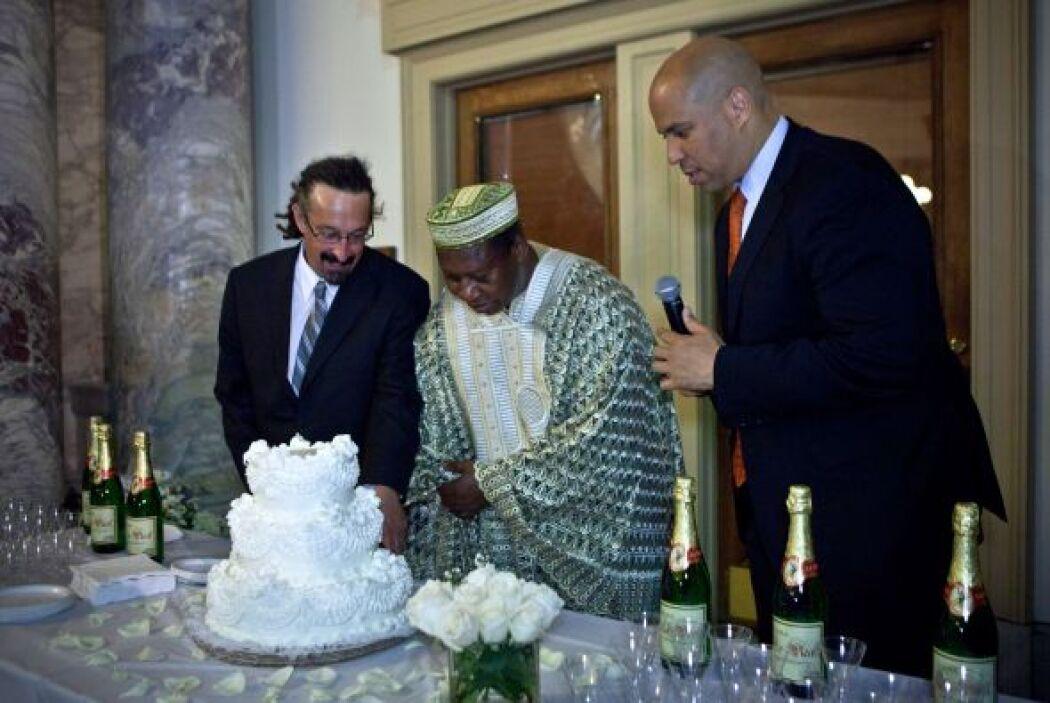 Tras las ceremonias de Newark, hubo tarta de bodas y sidra espumosa para...
