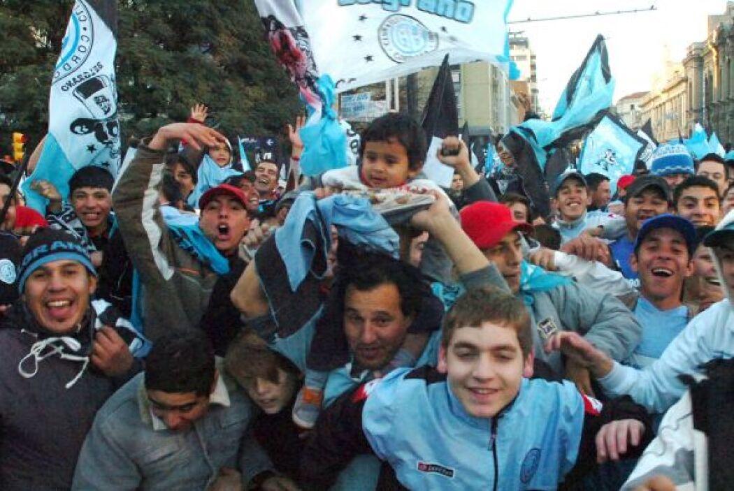 La imagen corresponde a la afición de Belgrano de Córdoba festejando su...