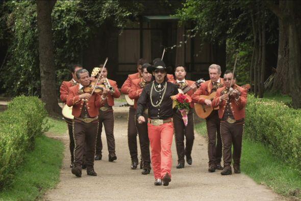 De pronto se escuchó música de mariachi a lo lejos.