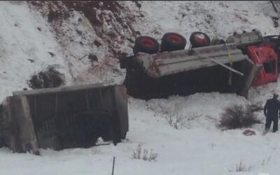 Por evitar un choque, esta barredora de nieve se precipitó por un acanti...