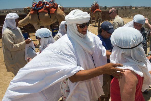 Los turistas toman parte en las festividades, convirtiéndose en beduinos...