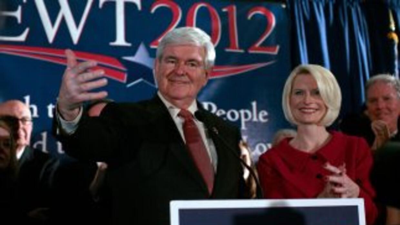Newt Gingrich con su esposa Callista luego de su triunfo en la primaria...