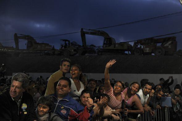 Los trabajadores expresaron su alegría de tener un techo d&oacute...