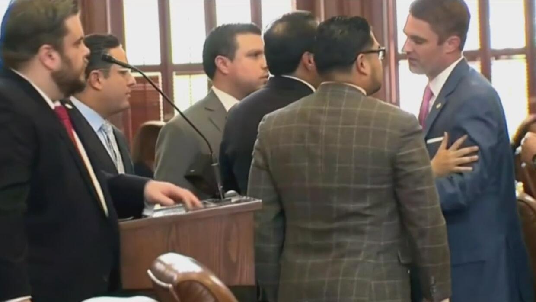 Legisladores de Texas acaban a empujones cuando uno dijo que había llama...