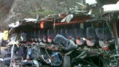 Veinte muertos y más de 10 heridos al chocar un autobús contra un árbol...
