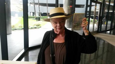 Marsha Scarbrough muestra el visado que le permitirá vivir en España, do...