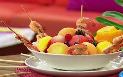 ¡Ideal para el verano! Ensalada de Frutas con Brochetas de Camarones