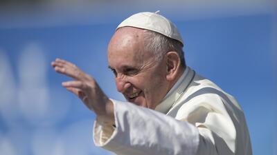 El papa Francisco saluda desde el papamóvil después de aterrizar en heli...