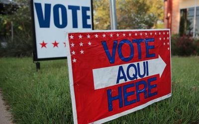 Señales de puestos de votación en Austin, Texas (archivo)