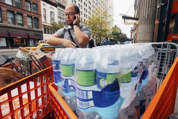 Andy Lugo habla por teléfono después de comprar abastecimientos para las...