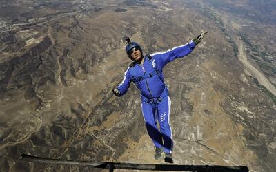 En su vida ha hecho alrededor de 18,000 saltos con paracaídas.