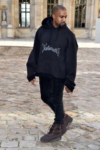 La moda en Kanye West al parecer no le importa mucho, pues en todos los...