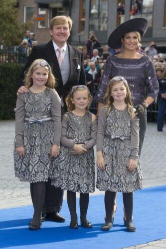 La reina Máxima llevó uno de lana de terciopelo con borde frontal hacia...