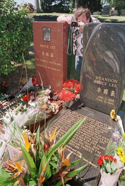 Las tumbas de padre e hijo descansan junto a la otra, en un cementerio d...