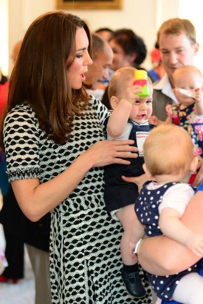 Lo bueno es que mami Kate involucra a su bebito en todo y él ya c...