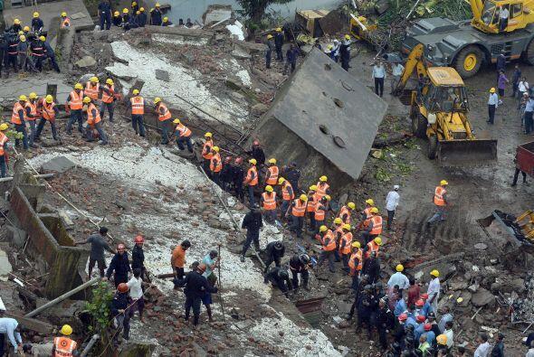 Varias excavadoras levantaban las losas de hormigón más grandes para per...
