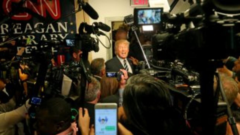 Donald Trump atiende a la prensa tras el segundo debate republicano