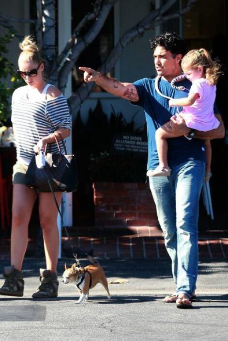 Encontramos al actor acompañado de sus dos mujeres en Los Ángeles. Notam...