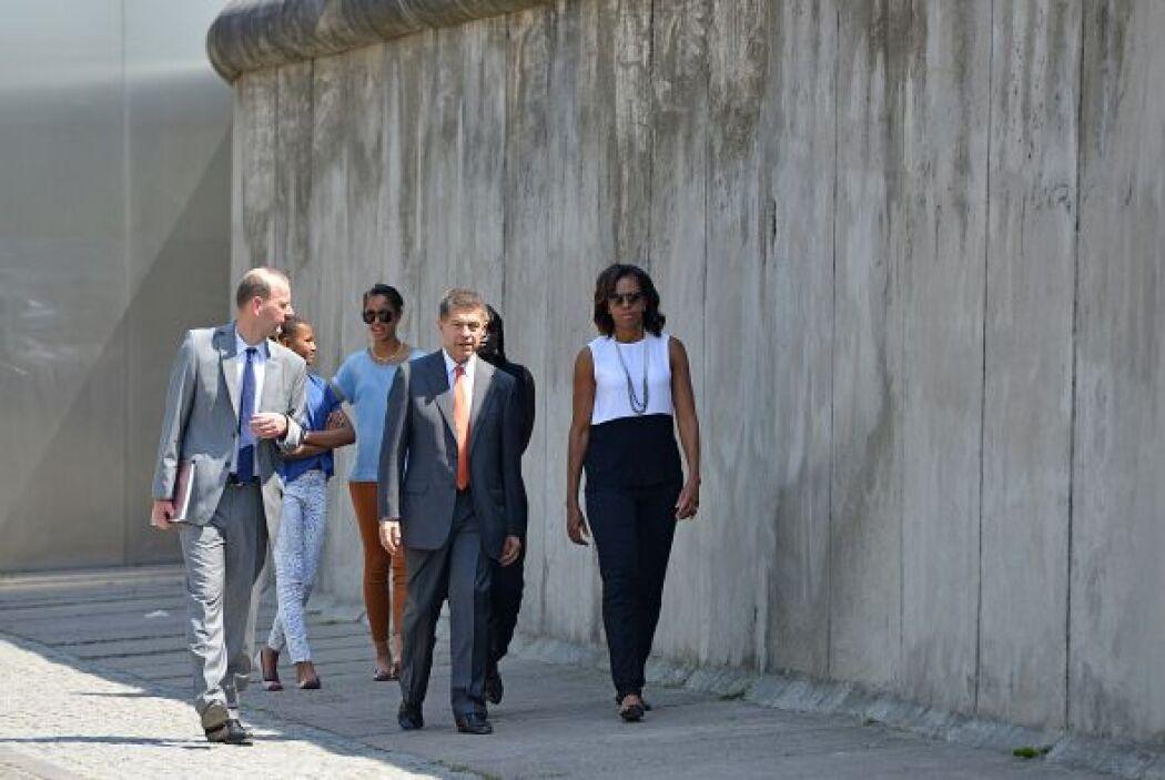 Michelle Obama paseó entre las más de 2,700 losas de hormigón con las qu...