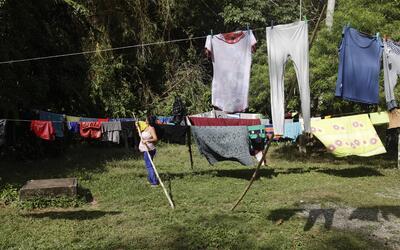 Una inmigrante cubana pone sus ropas a secar en un refugio de la Ciudad...