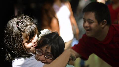 Tres estudiantes se despiden tras el fin del año escolar en Guate...