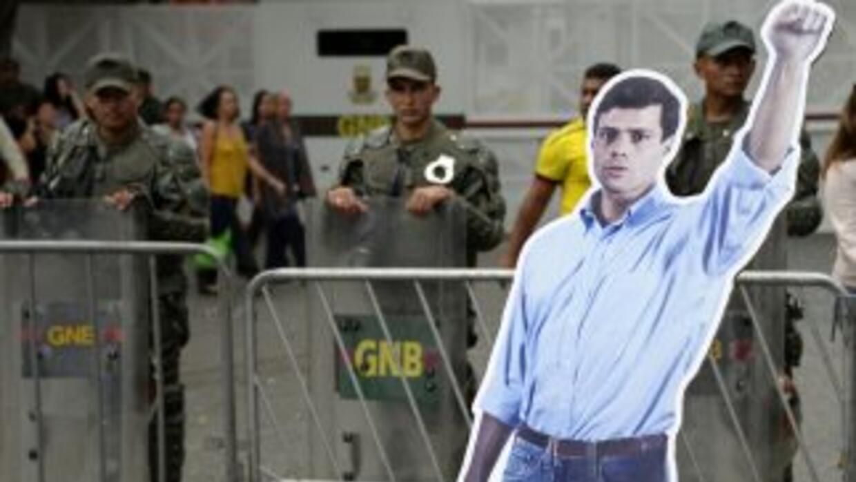 Una imagen del líder opositor preso Leopoldo López en las calles de Cara...