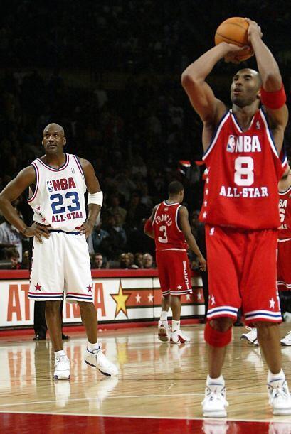 Kobe Bryant está a solo 30 puntos de igualar a Michael Jordan en el terc...