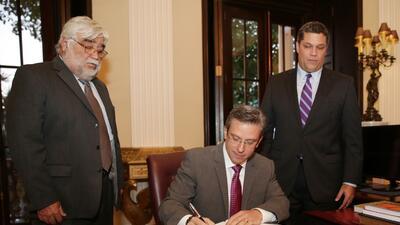 Alejandro García Padilla firmó la nueva política so...