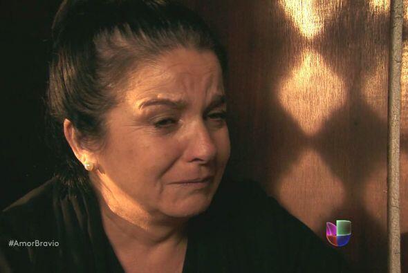 Rosario tiene mucho pesar en su alma y ha decidido confesarse ante el Pa...