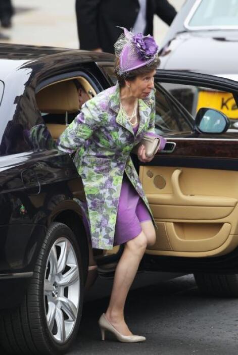 La princesa Ana, hermana del principe Carlos, usó un tocado en color mor...