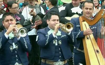 Mariachi de 700 miembros rompe récord Guinness en México
