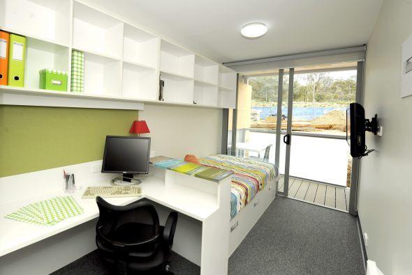 Si la habitación es pequeña ocupa las alturas, con soportes resistentes...