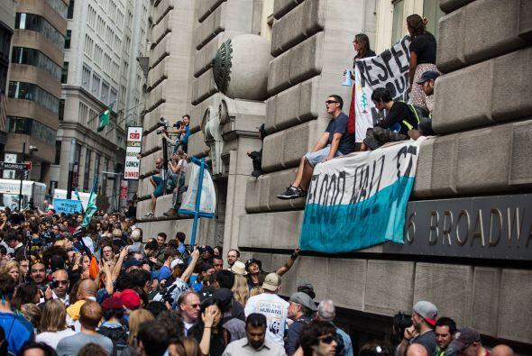 Algunos manifestantes se apostaron en edificios aledaños para desplegar...