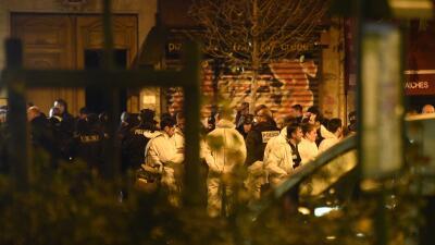 Investigadores cerca de la sala de conciertos Bataclan, en París