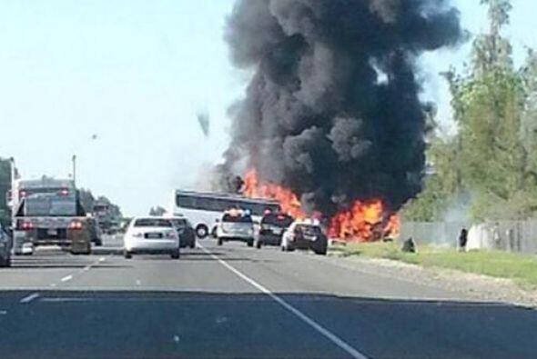 Columnas de humo se elevaron rápidamente hasta que los bomberos e...