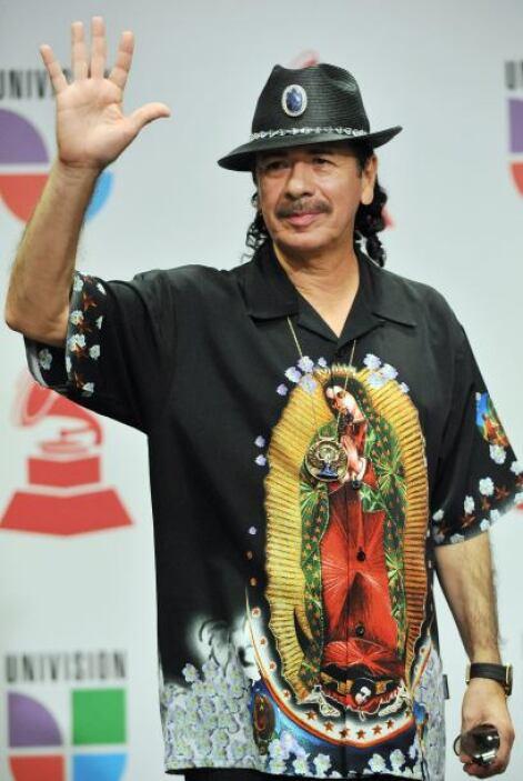 Ayy, Carlos Santana con ese look dejó a todos sin comentarios.