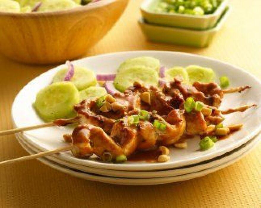 Pollo Satay asado con ensalada de pepinos - Este pollo cuenta con dos in...