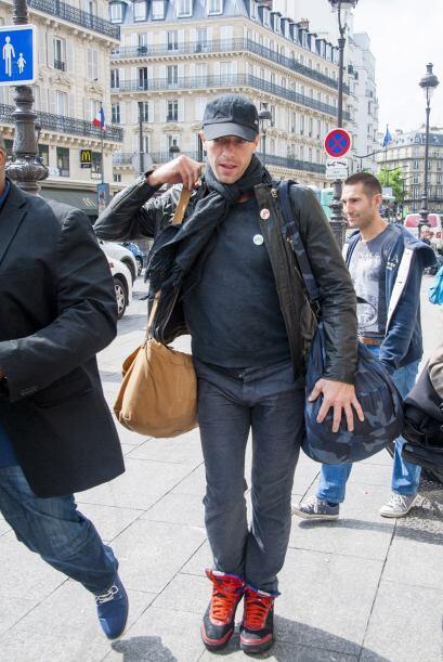 Cámaras lo captaron en Paris muy tranquilo, luciendo su mano sin...