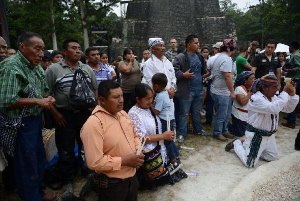 En la plaza de Tikal, el gobierno celebra con invitados especiales, entr...