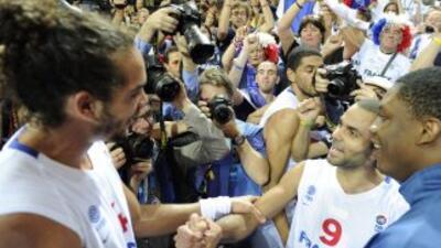 Noah y Tony Parker celebran la victoria francesa.