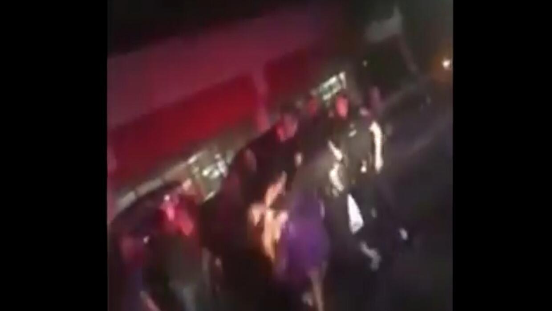 Un video parece mostrar a un policía golpeando a una adolescente de 14 años
