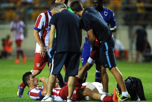 Casí al final Raúl Jiménez sufrió una sobrecarga muscular y tuvo que ser...