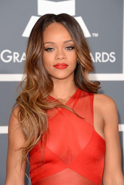 Otra que olvidó el sostén en su casa fue Rihanna. Debemos...