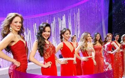 Desfile en traje de gala de las finalistas a Nuestra Belleza Latina