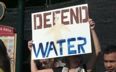 Activistas marchan en apoyo a nativoamericanos que buscan impedir la con...