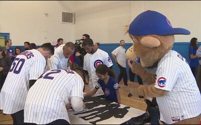 Jugadores de los Cubs pintan murales en la escuela Jahn