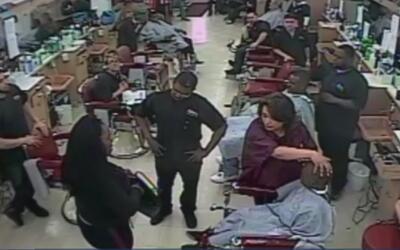 Con una pistola, mujer amenaza a un estudiante de peluquería porque se d...