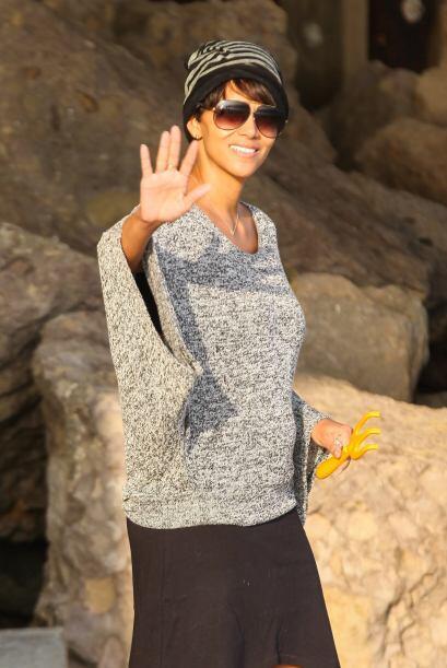 La estrella de cine disfruta de su pequeña en las playas de Los Ángeles,...